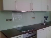 obklad barevným sklem za kuchyňskou linku 1